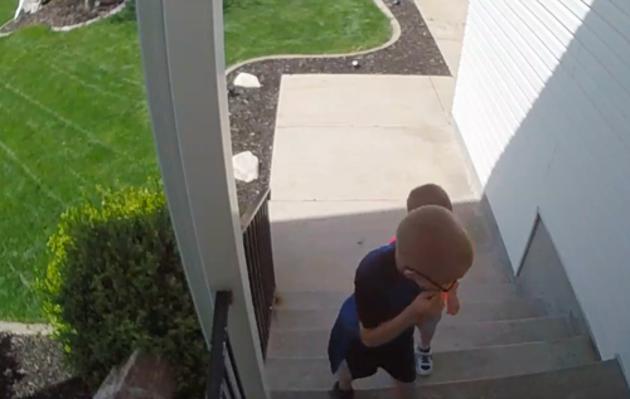 Xem đoạn clip từ camera theo dõi, người mẹ nhận ra 2 đứa con mình, hết thót tim lại cười tự hào - Ảnh 2.