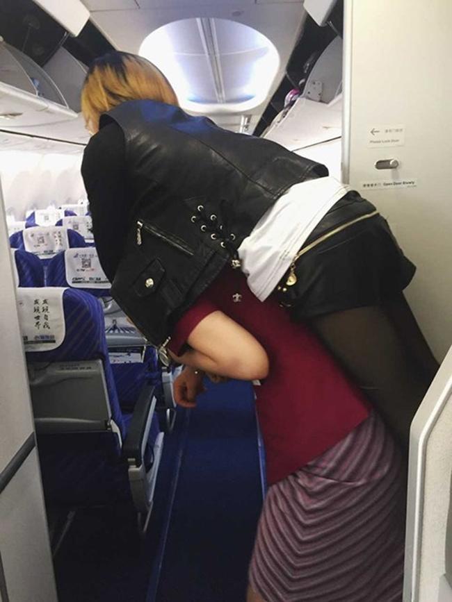 Nữ tiếp viên hàng không gây xúc động mạnh khi tận tụy cõng hành khách khuyết tật xuống máy bay - Ảnh 2.