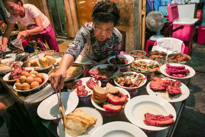 """Gần 100.000 đồng/đĩa nhưng cơm tấm bà Bảy """"lưỡi lam"""" 30 năm vẫn hút khách Sài Gòn mỗi đêm - Ảnh 2."""