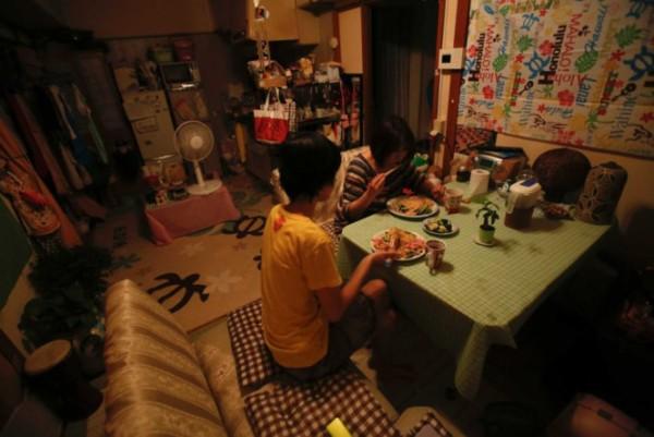 Cuộc sống tăm tối của những bà mẹ đơn thân tại Nhật Bản 1