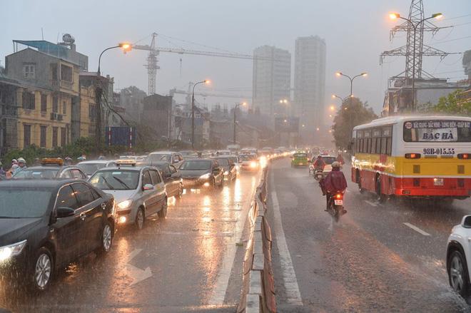 Mưa lớn trút xuống vào giờ tan tầm, ô tô xếp hàng dài trên đường phố Hà Nội - Ảnh 3.