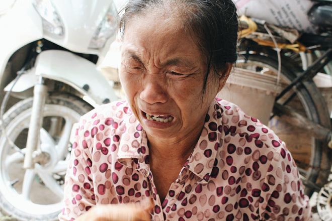 Nhắc đến bi kịch của người con trai, bà Bằng bắt đầu khóc nức nở.