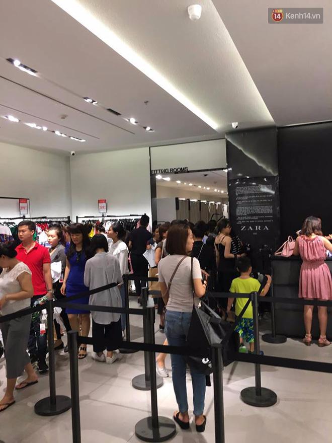 Store Zara ở Sài Gòn chật cứng người mua sắm trong ngày sale đầu tiên - Ảnh 2.
