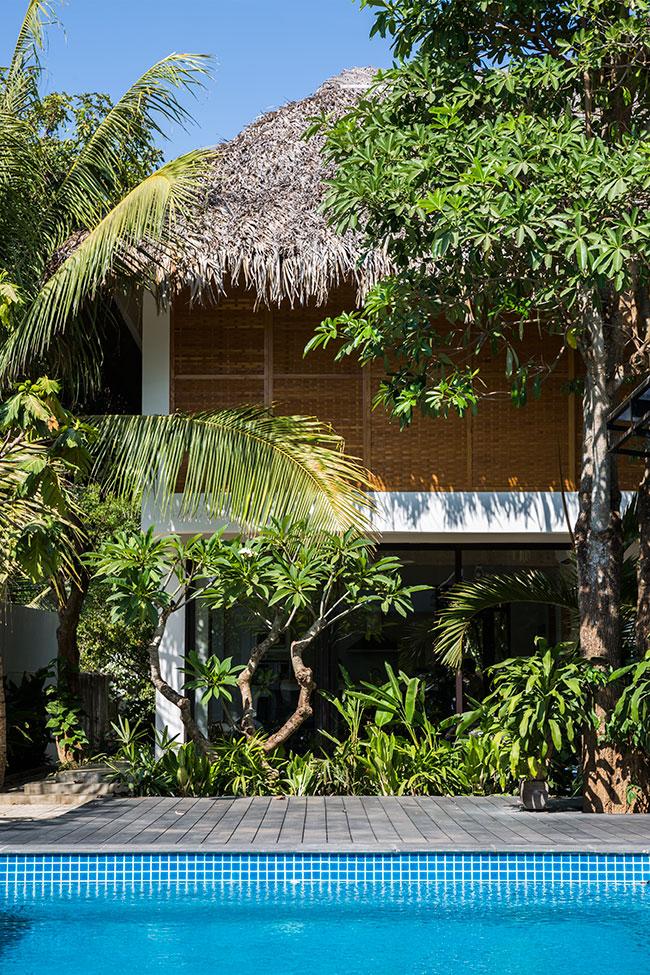 Mê mẩn với ngôi nhà vườn lợp mái lá dừa đẹp ngang khu nghỉ dưỡng cao cấp ở Trà Vinh - Ảnh 1.