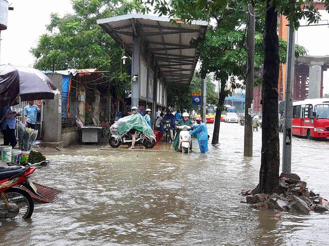 Hà Nội: Nơi mưa ngập trắng băng, dân thi nhau bắt cá, nơi chỉ đủ ướt đường - Ảnh 12.