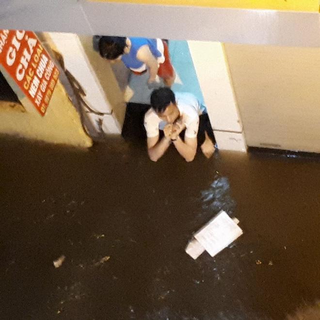 Mưa cực lớn, đường phố Hà Nội ngập úng nghiêm trọng lúc nửa đêm - Ảnh 13.