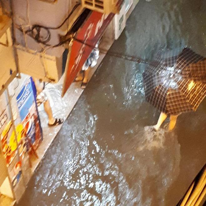 Mưa cực lớn, đường phố Hà Nội ngập úng nghiêm trọng lúc nửa đêm - Ảnh 14.