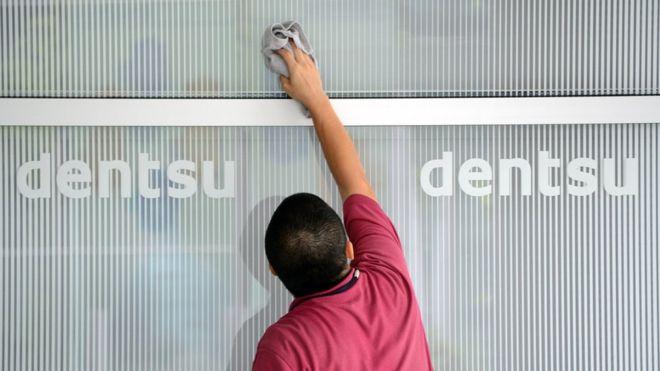 Áp lực vì làm thêm hơn 100 giờ/tuần, một nhân viên công ty quảng cáo hàng đầu Nhật Bản tự tử - Ảnh 1.