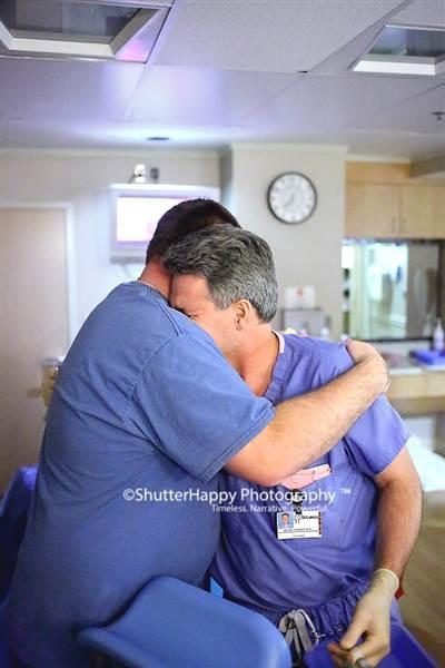 Ông bố ôm chặt bác sĩ và khóc: Bức ảnh gây sốt và câu chuyện cảm động phía sau - Ảnh 1.