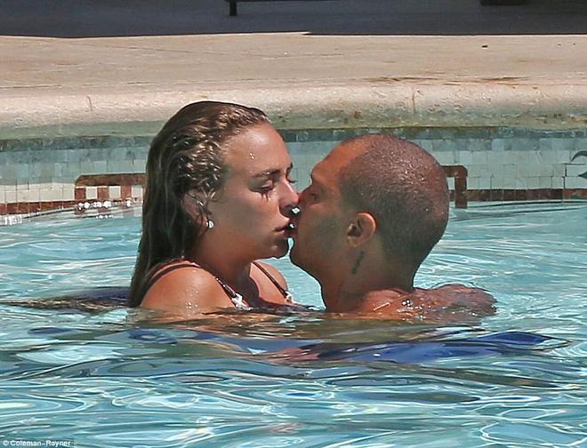 Bỏ người vợ chung sống 8 năm, tội phạm đẹp trai nhất thế giới giờ đã công khai ôm hôn con gái tỷ phú! - Ảnh 2.