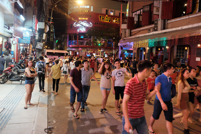 Phụ huynh Sài Gòn thích thú dẫn trẻ nhỏ dạo chơi khi phố Tây Bùi Viện thành phố đi bộ - Ảnh 1.