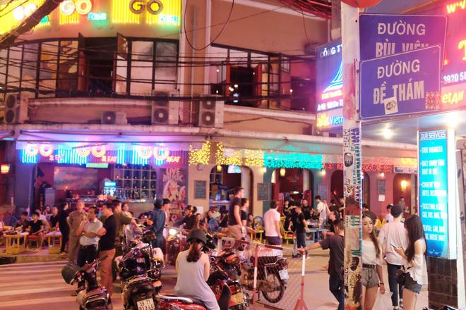Phụ huynh Sài Gòn thích thú dẫn trẻ nhỏ dạo chơi khi phố Tây Bùi Viện thành phố đi bộ - Ảnh 2.