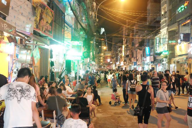 Phụ huynh Sài Gòn thích thú dẫn trẻ nhỏ dạo chơi khi phố Tây Bùi Viện thành phố đi bộ - Ảnh 5.