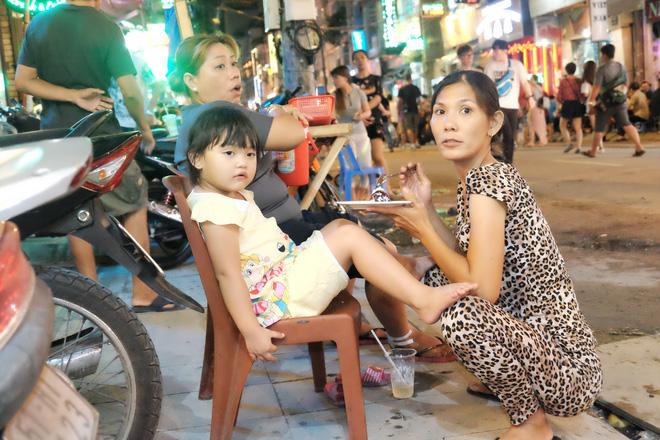 Phụ huynh Sài Gòn thích thú dẫn trẻ nhỏ dạo chơi khi phố Tây Bùi Viện thành phố đi bộ - Ảnh 8.