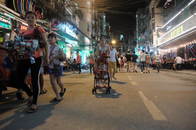 Phụ huynh Sài Gòn thích thú dẫn trẻ nhỏ dạo chơi khi phố Tây Bùi Viện thành phố đi bộ - Ảnh 6.