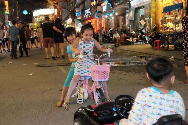Phụ huynh Sài Gòn thích thú dẫn trẻ nhỏ dạo chơi khi phố Tây Bùi Viện thành phố đi bộ - Ảnh 7.