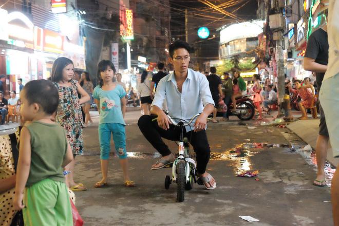Phụ huynh Sài Gòn thích thú dẫn trẻ nhỏ dạo chơi khi phố Tây Bùi Viện thành phố đi bộ - Ảnh 10.