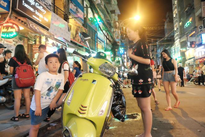 Phụ huynh Sài Gòn thích thú dẫn trẻ nhỏ dạo chơi khi phố Tây Bùi Viện thành phố đi bộ - Ảnh 9.