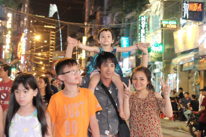 Phụ huynh Sài Gòn thích thú dẫn trẻ nhỏ dạo chơi khi phố Tây Bùi Viện thành phố đi bộ - Ảnh 11.