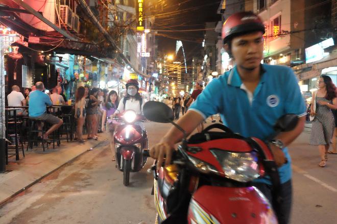 Phụ huynh Sài Gòn thích thú dẫn trẻ nhỏ dạo chơi khi phố Tây Bùi Viện thành phố đi bộ - Ảnh 4.
