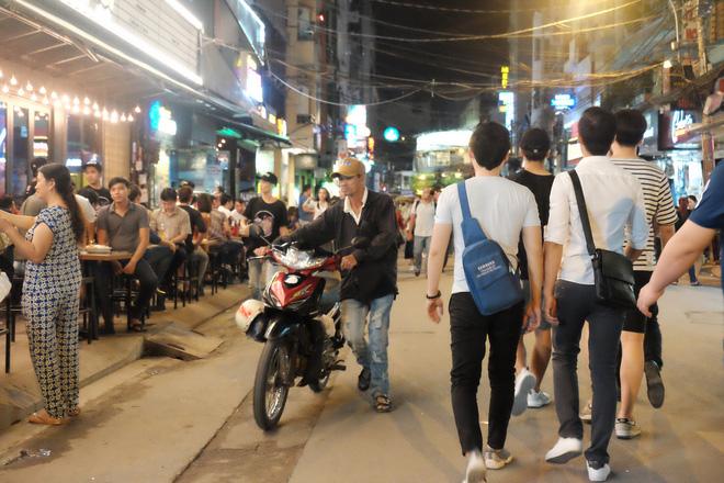 Phụ huynh Sài Gòn thích thú dẫn trẻ nhỏ dạo chơi khi phố Tây Bùi Viện thành phố đi bộ - Ảnh 16.