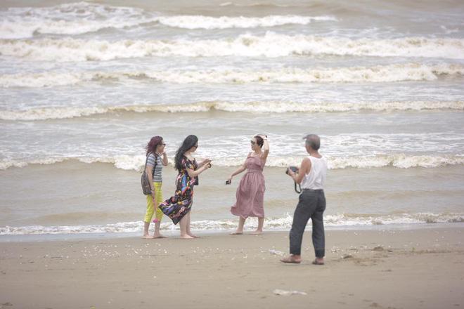 Chùm ảnh: Bất chấp sóng to gió lớn sau bão số 2, nhiều gia đình vẫn đưa trẻ em ra tắm biển Cửa Lò - Ảnh 2.