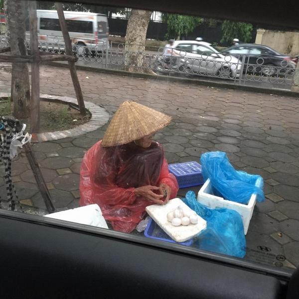 5 gói mì, 10 quả trứng và câu chuyện đầy tử tế giữa bà cụ bán rong với anh chàng đi ô tô ở Hà Nội - ảnh 1