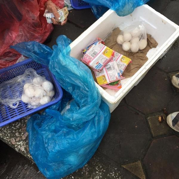 5 gói mì, 10 quả trứng và câu chuyện đầy tử tế giữa bà cụ bán rong với anh chàng đi ô tô ở Hà Nội - ảnh 2