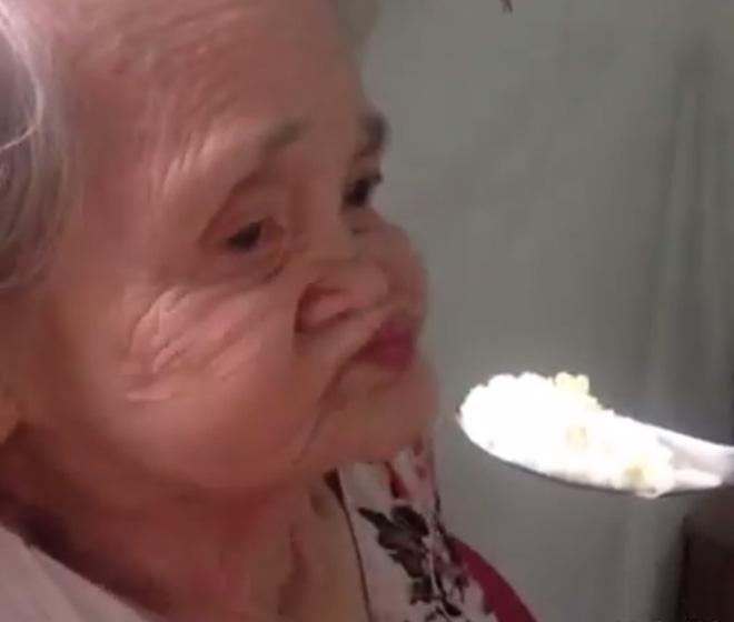 Bà ngoại dễ thương còn cháu thì cực lầy, và chúng ta có clip cho bà ăn đáng yêu nhất quả đất! - Ảnh 2.