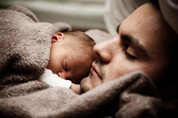 Để con ngủ trên ngực, trông thì tình cảm nhưng là hành động có thể giết chết con - Ảnh 2.