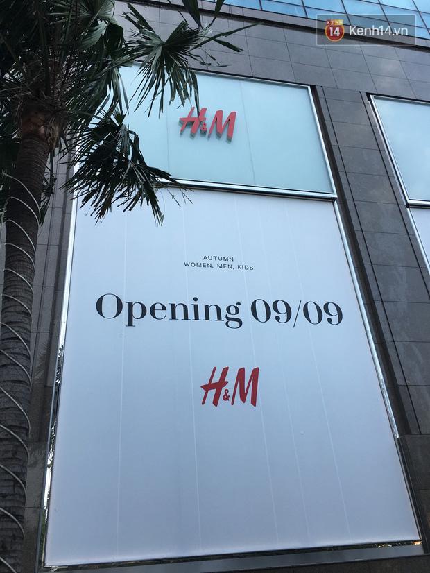 H&M Việt Nam treo biển thông báo 9/9 sẽ chính thức khai trương tại Sài Gòn - Ảnh 1.