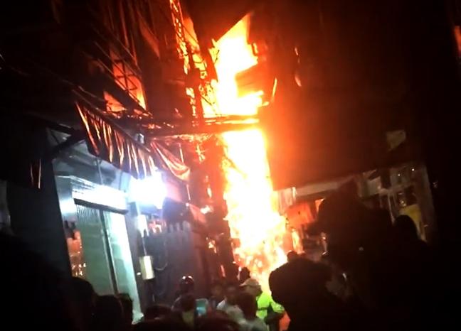 Du khách hoảng hốt bỏ chạy khi căn nhà ở phố Tây bùng cháy - Ảnh 1.