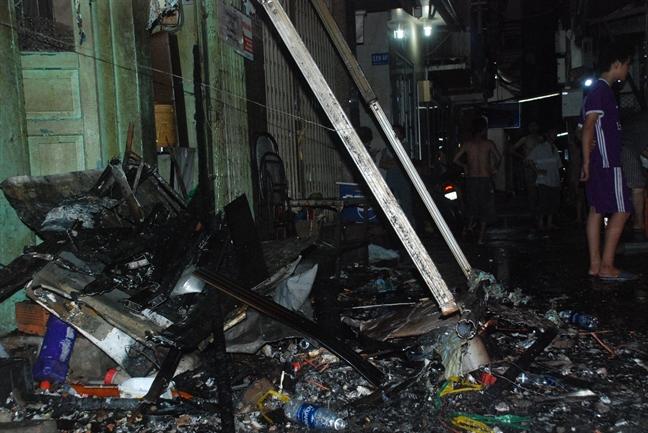 Du khách hoảng hốt bỏ chạy khi căn nhà ở phố Tây bùng cháy - Ảnh 2.