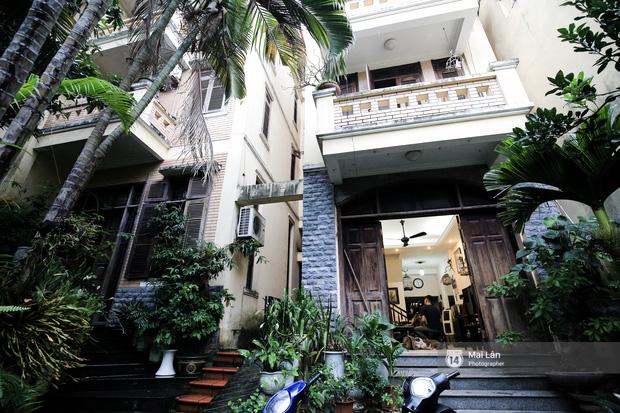 Lần đầu hé lộ ngôi nhà xinh xắn, rợp bóng cây xanh ngoài đời thật của ông trùm Phan Thị - NSND Hoàng Dũng - Ảnh 1.