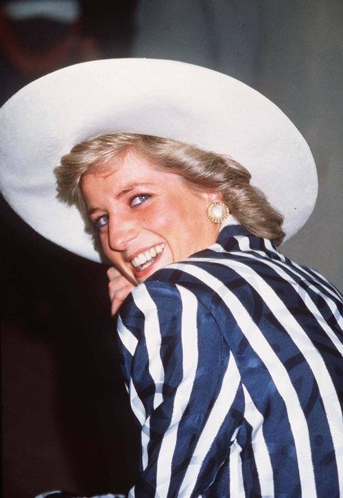 Không phải đen hay nâu, công nương Diana chỉ trung thành với kẻ mắt xanh dương - Ảnh 1.