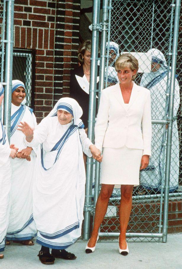 2 vật Công nương Diana nắm chặt trong tay phút lâm chung khiến ai nấy nhói lòng - Ảnh 2.
