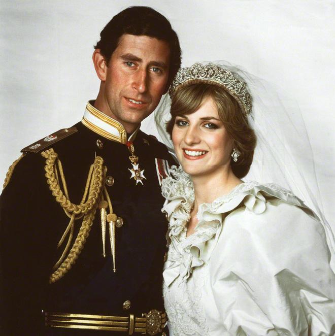Những khoảnh khắc tố cáo sự suy sụp và tương lai bất hạnh của Công nương Diana lần đầu được tiết lộ - Ảnh 1.
