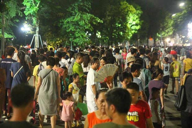 Chùm ảnh: Giới trẻ khắp mọi miền háo hức dạo phố đêm Quốc khánh 2/9 - ảnh 2
