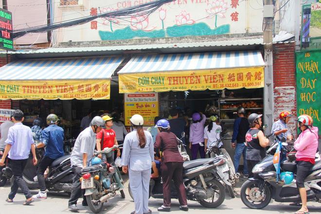 Rằm tháng 7: Phố cổ Hà Nội mù mịt hóa vàng mã, Sài Gòn chen nhau mua cơm chay, đi lễ chùa - Ảnh 14.