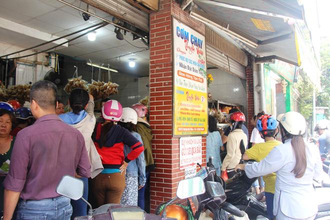 Rằm tháng 7: Phố cổ Hà Nội mù mịt hóa vàng mã, Sài Gòn chen nhau mua cơm chay, đi lễ chùa - Ảnh 15.