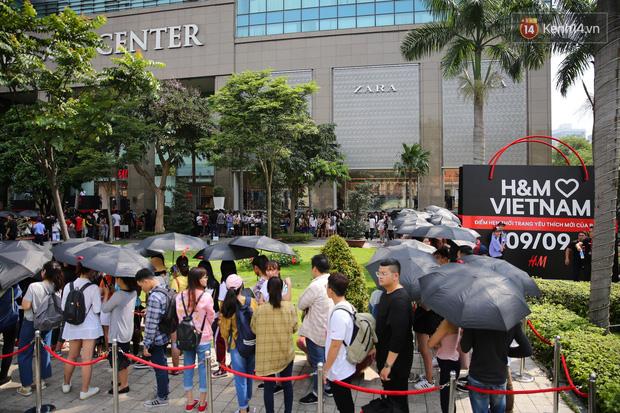 H&M Việt Nam đã chính thức mở cửa đón khách, dân tình xếp hàng chờ vào mua ra tới tận ngoài đường - Ảnh 1.