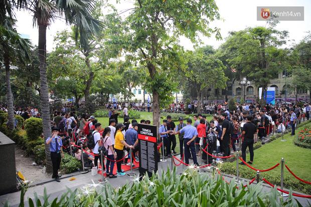 H&M Việt Nam đã chính thức mở cửa đón khách, dân tình xếp hàng chờ vào mua ra tới tận ngoài đường - Ảnh 2.