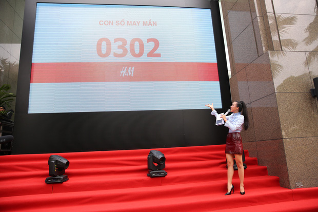 H&M Việt Nam đã chính thức mở cửa đón khách, dân tình xếp hàng chờ vào mua ra tới tận ngoài đường - Ảnh 10.