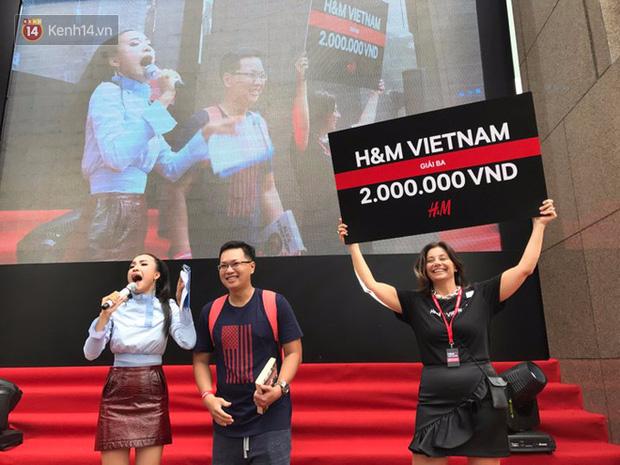 H&M Việt Nam đã chính thức mở cửa đón khách, dân tình xếp hàng chờ vào mua ra tới tận ngoài đường - Ảnh 11.