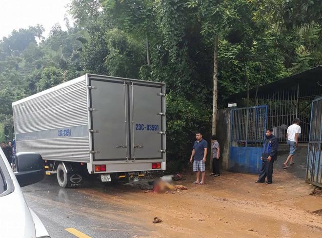 Hà Giang: Thương tâm bố bị xe cán tử vong do con chở phía sau dừng đột ngột - Ảnh 1.