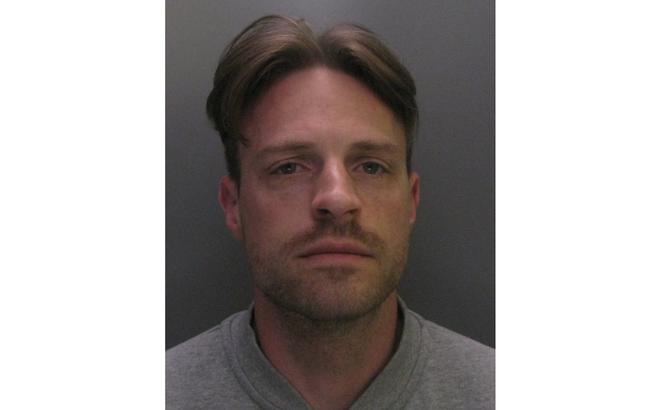 Gã đàn ông bạo hành, nhấn nước bé gái 6 tuổi - Ảnh 1.
