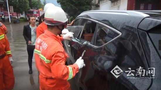 Bé trai 2 tuổi khóc hết nước mắt trong xe ô tô vì sự hồn nhiên chết người của cha mẹ - Ảnh 1.