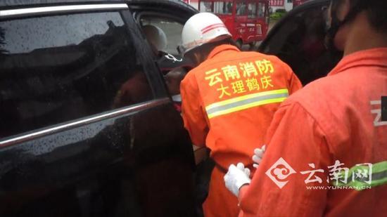 Bé trai 2 tuổi khóc hết nước mắt trong xe ô tô vì sự hồn nhiên chết người của cha mẹ - Ảnh 2.