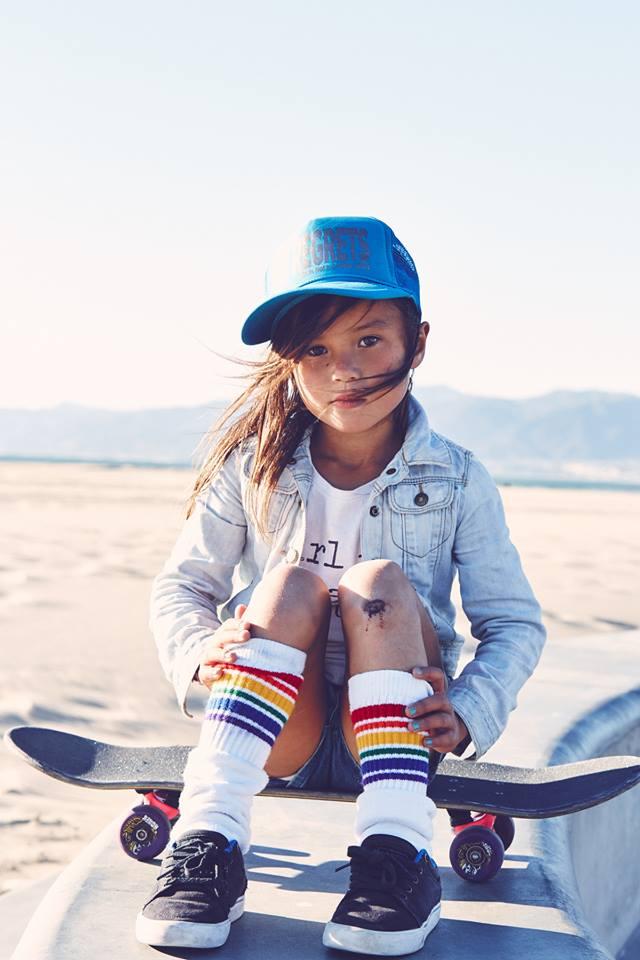 Ai cũng thót tim khi xem cô bé 8 tuổi cùng em trai trượt ván đầy mạo hiểm - Ảnh 11.