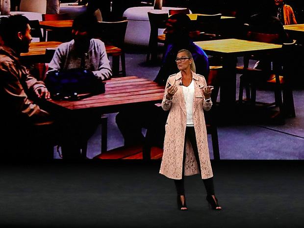 Ngoài iPhone X, chiếc áo khoác 65 triệu mà phó giám đốc bán lẻ Apple diện cũng khiến dân tình ngây ngất - Ảnh 2.